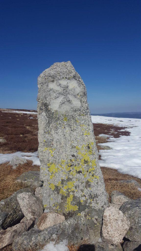 croix de malte sur le mont lozère en hiver